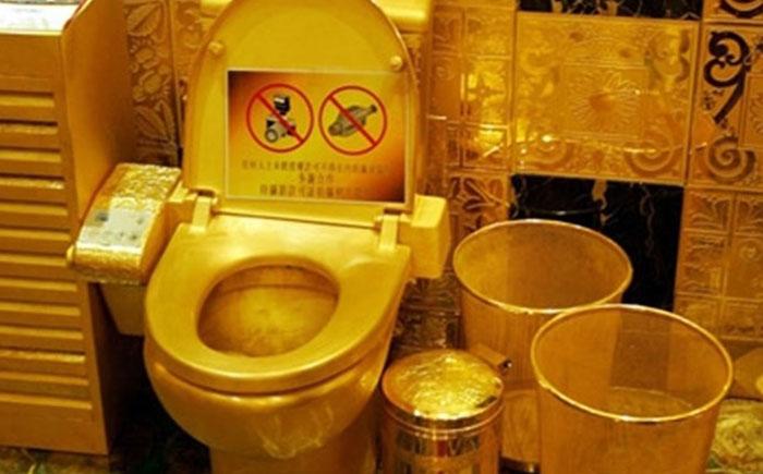 neobicni predmeti od zlata zlatna wc skoljka