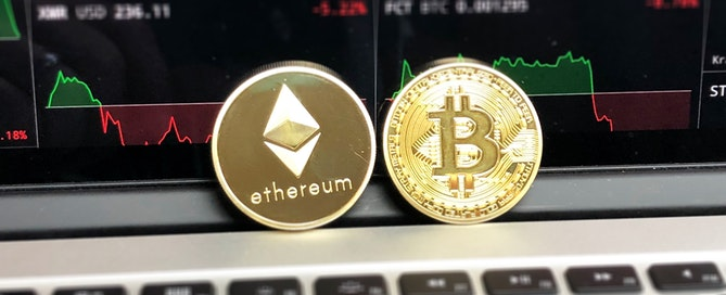 kriptovalute zlatne kovanice Bitcoina i Ethera na laptopu